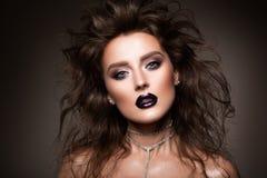 hår Skönhetkvinnan med mycket lång sunt och skinande slätar brunt hår Modell Brunette Gorgeous Hair arkivbild