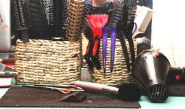 Hårborstar, hårspännar och frisörs anvisningar i salongen arkivbild