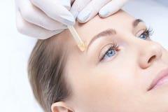 Hårborttagning kosmetiskt tillvägagångssätt Skönhet och vård- Ljus hud Arkivfoto