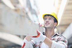 Hård arbetare på konstruktionslokal Royaltyfri Foto