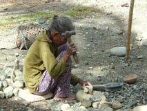Hård funktionsduglig fattig gammal kvinna royaltyfria bilder
