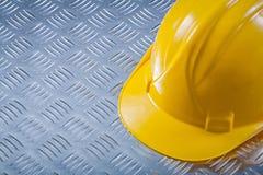 Hård hatt för säkerhet på kanaliserad conce för metallbakgrundskonstruktion royaltyfria foton