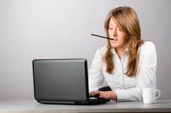 hård kvinnaworking för affär Arkivbild