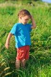 hård lawn för pojkegräsgreen little som tänker arkivbild