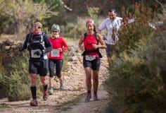 Hård maratonbergrace som klättrar Arkivbild