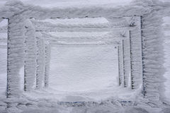 Hård rimfrost på den fyrkantiga metallstrukturen arkivfoton