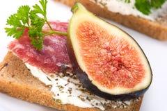 hård salami för canapesfigs Arkivfoton