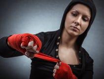 Hård sportkvinna som är klar för slagsmål Royaltyfria Bilder