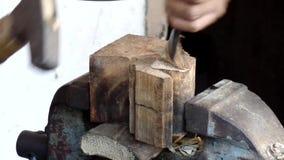 Hård träskulptur med klubban och stämjärnet arkivfilmer