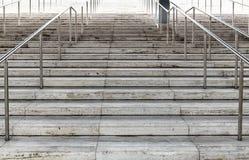 Hård utmanande väg till klättring för framgångbegreppstrappuppgång Arkivfoton