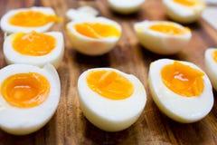 Hårda kokta ägg som skivas i halvor Fotografering för Bildbyråer