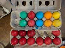 Hårda kokta easter ägg i lådor Royaltyfri Fotografi
