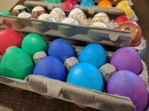 Hårda kokta easter ägg som färgas med ljusa färger Royaltyfri Bild