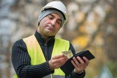 Hårda tider: fattig byggnadsarbetare och hans tomma plånbok Arkivbilder