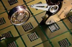 Hårddiskdrev öppnade med reflexion av processorer på yttersidan av skivan Royaltyfria Foton