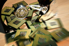 Hårddiskdrev öppnade med reflexion av processorer på yttersidan av skivan Arkivbild