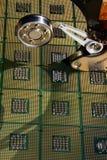 Hårddiskdrev öppnade med reflexion av processorer på yttersidan av skivan Royaltyfri Bild