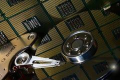 Hårddiskdrev öppnade med reflexion av processorer på yttersidan av skivan Royaltyfri Fotografi
