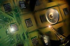 Hårddiskdrev öppnade med reflexion av processorer på yttersidan av skivan Arkivbilder