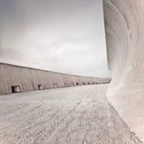 Hårdna diket, eller fördämningen strukturerar, väggen och däckar, den molniga skyen. Royaltyfri Foto