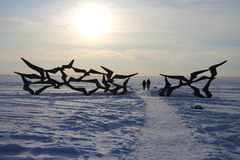 Hårdna monumentsvalor på vinterstrand Arkivfoto