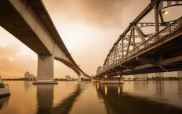 Hårdna och belägga med metall bron för trans.begreppsbakgrund royaltyfri bild