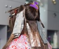 Hårfärgläggning i en skönhetsalong Royaltyfri Bild