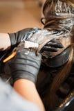 Hårfärgläggning i salongen Fotografering för Bildbyråer