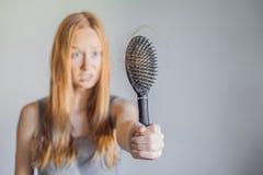 Hårförlust i kvinnabegrepp Mycket borttappat hår på hårkammen royaltyfria foton