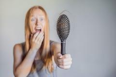 Hårförlust i kvinnabegrepp Mycket borttappat hår på hårkammen arkivbilder