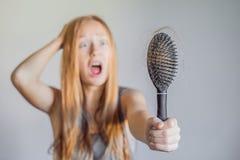 Hårförlust i kvinnabegrepp Mycket borttappat hår på hårkammen royaltyfri fotografi