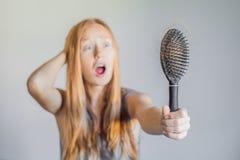 Hårförlust i kvinnabegrepp Mycket borttappat hår på hårkammen arkivfoto