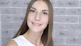 Hårfrisören gör hårlamning i en skönhetssalong för en flicka med brunetthår lager videofilmer