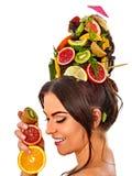 Hårmaskering från nya frukter på kvinnahuvudet oisolerade skulder Arkivbilder