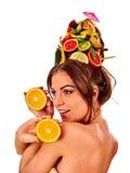 Hårmaskering från nya frukter på kvinnahuvudet tillbaka oisolerad kvinnlig Royaltyfria Foton
