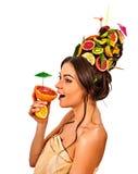 Hårmaskering från nya frukter på kvinnahuvudet tillbaka oisolerad kvinnlig Royaltyfri Bild