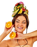Hårmaskering från nya frukter på kvinnahuvudet tillbaka oisolerad kvinnlig Fotografering för Bildbyråer