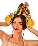 Hårmaskeringen från nya frukter på den kvinnahuvudet och våren blommar Royaltyfria Foton
