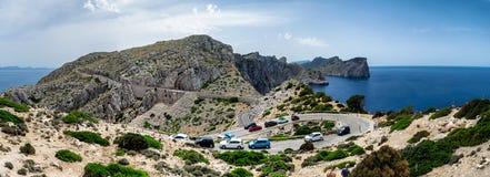 Hårnålvänd och den slingriga vägen till Lock de Formentor panorama i Mallorca, Spanien Fotografering för Bildbyråer