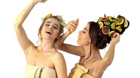 Håromsorg och den ansikts- maskeringen från frukter och kvinna förkroppsligar lager videofilmer