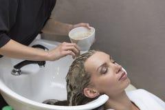 Hårskönhetomsorg, fuktighetsbevarande hudkrämapplikation, frisör, hårmaskering av en härlig flicka, naturligt, hälsa och skönhet arkivfoton