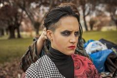 Hårstylist som retuscherar modernt brunettkvinnahår med piercing Royaltyfri Foto