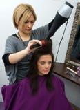 hårstylistarbete Fotografering för Bildbyråer