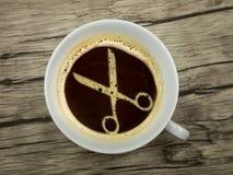 Hårstylisten erbjuder kaffe royaltyfri foto