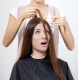Hårstylisten klipper hår av kvinnan i hårstylist royaltyfri foto