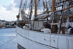 Hårt arbete på den förankrade segelbåten & skeppet Arkivbild
