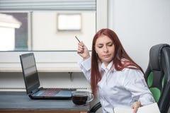 Hårt arbete, stressad kvinna, små och medelstora företag fotografering för bildbyråer