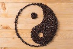 Hårt ljus för Yin yang kaffesammansättning fotografering för bildbyråer