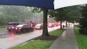 Hårt regn på den Wisconsin avenyn i Washington DC lager videofilmer