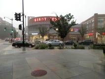 Hårt regn på köpcentret arkivbild